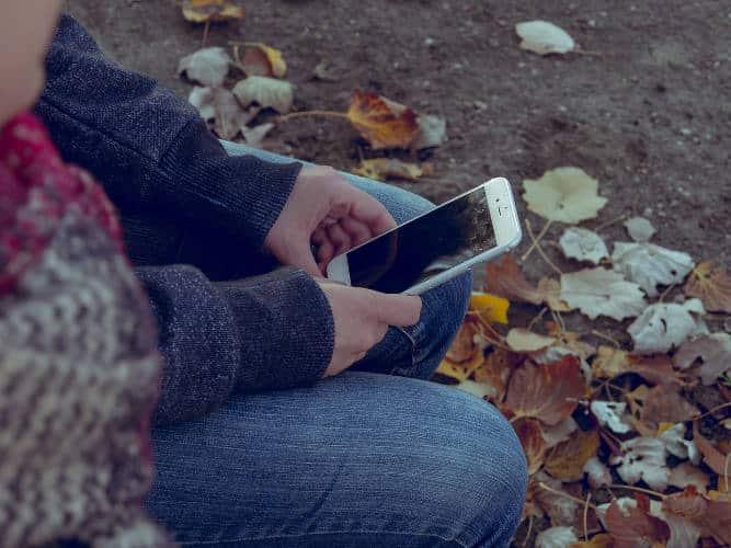 6 طرق لحماية عينيك عند استخدام الهاتف الذكي - شروحات