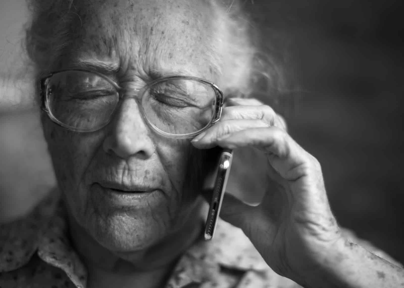 أفضل 10 تطبيقات لكبار السن الذين يعيشون بمفردهم