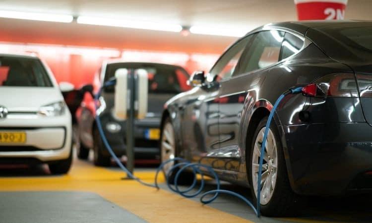 هل شاحن سيارتك الكهربائية يمثل خطورة أمنية؟ - مقالات