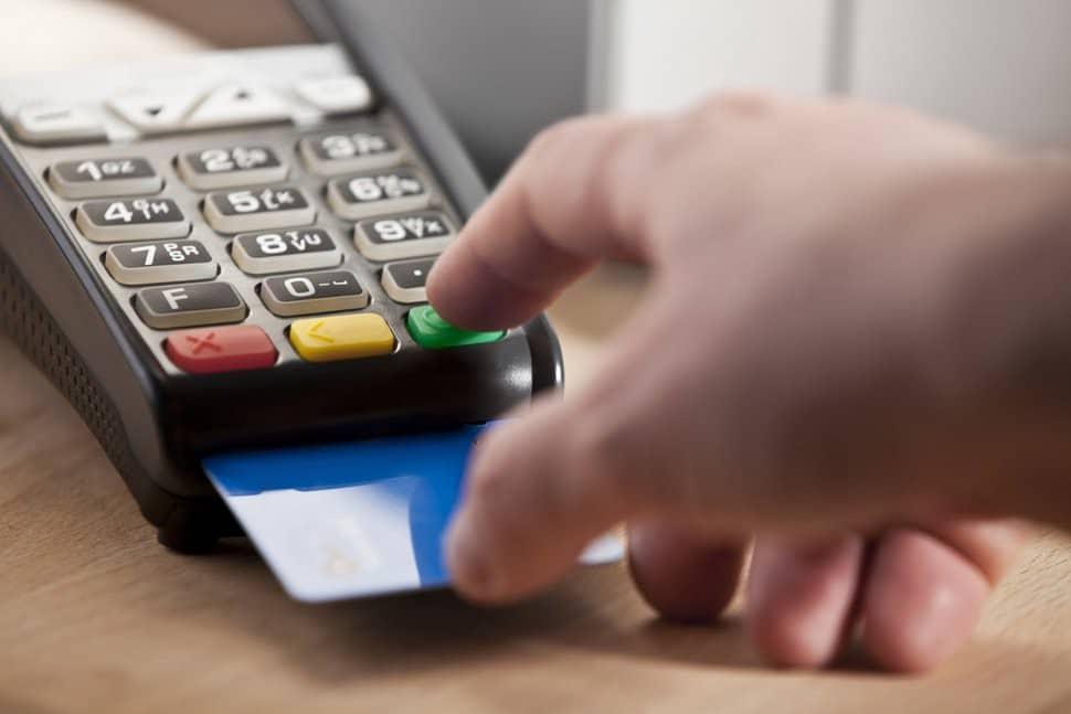 بعض الطرق التي يُمكن للمجرم أن يستخدم بها القشط على بطاقة الائتمانضدك - حماية